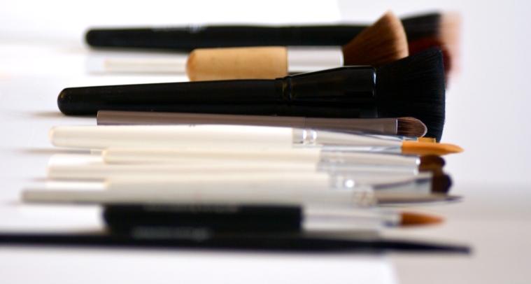http://www.dieu-crea-la-femme.com/2012/10/23/nettoyer-ses-pinceaux-a-maquillage-ma-methode-douce-et-economique/